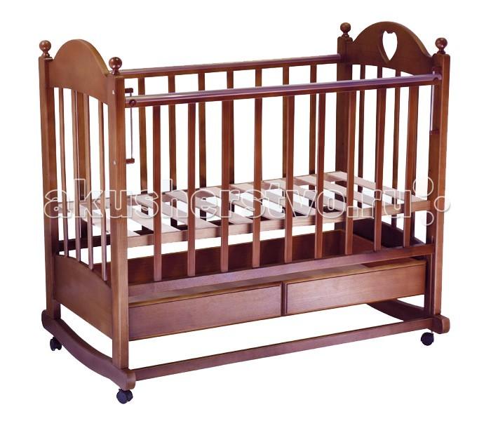 Детская кроватка Ведрусс Марьяна №2 (качалка)Марьяна №2 (качалка)Кроватка-качалка Ведрусс Марьяна №2 – классическая кроватка российского производства. Выделяется интересным дизайном с деревянными шариками на спинках. Высота ложа кроватки регулируется. Боковая стенка опускается. Ее также можно снять, превратив кроватку в диванчик для подросшего малыша. Под ложем расположен ящик для постельных принадлежностей. Кроватку удобно использовать как качалку, для этого предусмотрена специальная планка для качания ногой.  Характеристики: полозья для качания  выдвижной ящик для белья  боковина укомплектована ПВХ-накладкой для оберегания зубок малыша  модель кровати трансформируется в удобный диванчик для малыша 2 - 5 лет  изящный дизайн с сердечком регулируемое в 3 положениях по высоте ложе размер ложа: 120х60 см съемное регулируемое в 2 положениях боковое ограждение съемные колеса с возможностью блокировки планка для качания ногой  Материал: материал кроватки: береза экологически безопасный нетоксичный лак  Габариты и вес: размеры в собранном виде (ДхШ): 126х72 см<br>