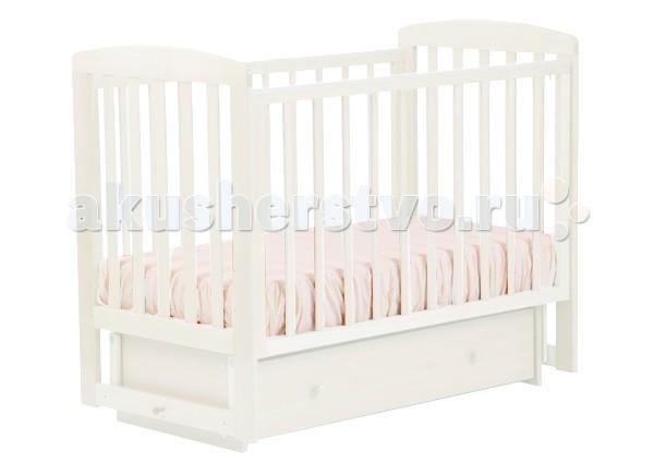 Детская кроватка Кубаньлесстрой АБ 16.2 Ромашка маятник поперечный с ящикомАБ 16.2 Ромашка маятник поперечный с ящикомНадежность, долговечность и экологичность - вот те качества, которые вы найдете в кроватке Ромашка от российского производителя Кубаньлесстрой! Оптимальное сочетание цены и качества делает эти детские кроватки одной из самых популярных покупок для младенцев.  Изготовленная из ценной древесины - натурального бука - устойчивая кроватка-маятник с поперечным механизмом качания прослужит вашему малышу до тех пор, пока он не вырастет из нее. Производитель учел все потребности малыша и его родителей: маятник фиксируется по необходимости, ложе кроватки имеет три положения, передняя стенка легко опускается (3 варианта высоты) и фиксируется, позволяя родителям класть ребенка в кроватку, не напрягая спинные мышцы. Когда малыш подрастет и сможет самостоятельно забираться в кроватку, снимите одну стенку, превратив манеж в удобный диванчик.   кроватка-качалка с использованием принципа поперечного маятника с возможностью фиксации механизм качения на пластиковых подвесах оснащенные подшипниками/подвес на разрыв держит 100 кг один изолированный ящик на роликовых направляющих передняя боковина опускается в удобное для Вас положение при помощи фиксатора при опущенной авто стенке ящики кроватки не доступны для ребенка силиконовые накладки на боковинах кроватки три уровня положения ложа   Обращаем Ваше внимание, что во всех кроватках 2012 года изменился дизайн автостенки и задней стенки кроватки, для новых моделей применяют узкую ламель. Если безопасная ширина между ламелью в партиях 2011 года составляла 65 мм, то ширина в партиях 2012 года составляет 80 мм. Подробнее смотрите на фото.<br>