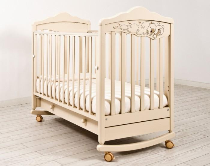 Детская кроватка Angela Bella ИзабельИзабельДетская кроватка Angela Bella Изабель – одно из самых красивых изделий бренда, которое очаровывает своим утонченным дизайном и великолепным декором в виде сладко спящего мишутки на воздушных облаках.   Помимо своего изысканного вида Angela Bella Изабель имеет хороший набор функций. Она легко раскачивается со стороны в сторону, убаюкивая кроху, и при этом легко перемещается из комнаты в комнату с помощью прорезиненных шарнирных колесиков.   Ложе детской кроватки закрепляется на двух уровнях высоты, а боковая панель легко опускается и фиксируется в выбранном положении. Практичным дополнением модели стал широкий вместительный ящик с защитным блоком от выпадения.  Характеристики  4 колеса со стопорами  реечное дно  древесина обработана экологически чистым лаком  отсутствуют острые углы   опускаемая съемная боковина с фиксаторами  два уровня ложа по высоте  ящик на бесшумных металлических направляющих с защитой от выпадения  полозья для качания несъемные  аппликация выполнена с использованием технологии флокирования  От производителя:  Продукция изготовлена из ценной породы древесины - Бук, с применением новейших технологий. Для окраски применяются лаки, не содержащие вредных для здоровья ребенка веществ. Контроль качества производится непосредственно при сборке каждого элемента конструкции. Вся продукция сертифицирована и соответствует Государственному Стандарту.<br>