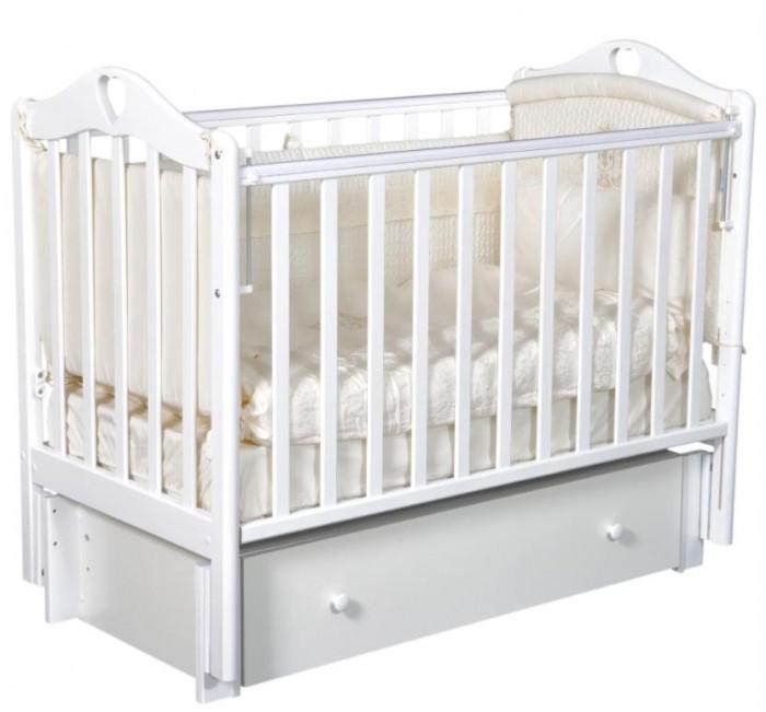 Детская кроватка Антел Каролина 4 (маятник поперечный)Каролина 4 (маятник поперечный)Детская кроватка Каролина 4 с привлекательным дизайном наверняка придется по вкусу и родителям и малышу.   Кроватка выполнена из экологически чистой древесины березы и оснащена маятниковым механизмом поперечного качания. Кроватка имеет два уровня регулировки высоты ложа. Переднее боковое ограждение также регулируется по высоте, что облегчает контакт мамы с ребенком.   Производители предусмотрели специальные накладки (грызунки) в верхней части боковых ограждений. Грызунки, изготовленные из высококачественного силикона, делают безопасным контакт ребенка с деревянной поверхностью.  Характеристики: механизм укачивания: поперечный маятник регулируемое по высоте ложе (2 положения) силиконовые накладки (грызунки) съемное переднее ограждение закрытый выдвижной ящик  Размеры: спальное место: 120х60 см размер кроватки: 125x68x100 см  Материал: массив березы. Покрыта нетоксичными и безвредными для здоровья детей лаками.<br>