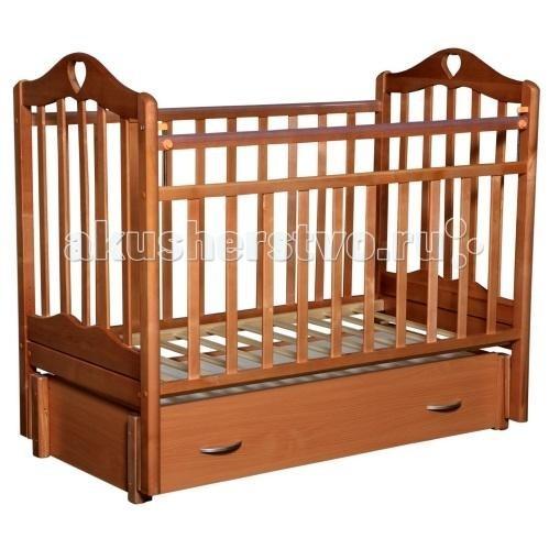 Детская кроватка Антел Каролина 6 (маятник продольный)Каролина 6 (маятник продольный)Детская кроватка Каролина 6 с привлекательным дизайном наверняка придется по вкусу и родителям и малышу.   Кроватка выполнена из экологически чистой древесины березы и оснащена маятниковым механизмом продольного качания. Кроватка имеет два уровня регулировки высоты ложа. Переднее боковое ограждение также регулируется по высоте, что облегчает контакт мамы с ребенком.   Производители предусмотрели специальные накладки (грызунки) в верхней части боковых ограждений. Грызунки, изготовленные из высококачественного силикона, делают безопасным контакт ребенка с деревянной поверхностью.  Характеристики: механизм укачивания: продольный маятник регулируемое по высоте ложе (2 положения) силиконовые накладки (грызунки) съемное переднее ограждение закрытый выдвижной ящик  Размеры: спальное место: 120х60 см размер кроватки: 125x68x100 см  Материал: массив березы. Покрыта нетоксичными и безвредными для здоровья детей лаками.<br>