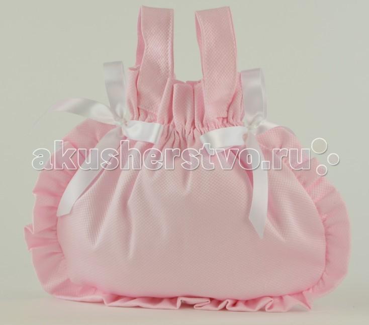 ASI Сумочка для куклыСумочка для куклыASI Сумочка для куклы, украшенная атласными бантами.   Идеально подойдет для хранения и переноски аксессуаров, одежды и обуви для кукол и пупсов ASI.   Ручки сумочки закрываются с помощью липуек, благодаря чему сумку удобно вешать на кукольную коляску.   Размер: 28х25 см<br>