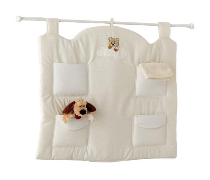 Baby Expert Настенный карман AbbracciНастенный карман AbbracciДекоративный настенный карман Abbracci-Trudi с изысканным дизайном. Карман украшен аппликацией с медвежонком Trudi. Есть 4 кармашка для мелочей, необходимых для ежедневной заботы о Вашем малыше, подойдет для хранения подгузников, пеленок, влажных салфеток и для других необходимых мелочей.   Общие размеры: 88х70 см<br>