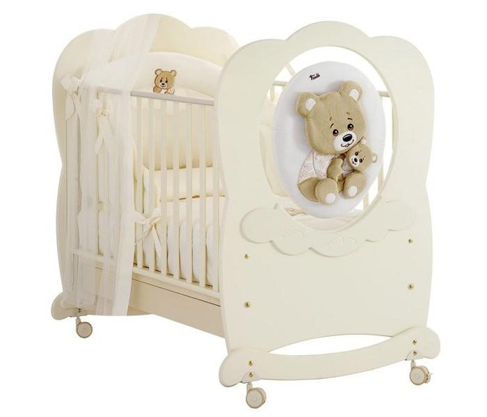 Детская кроватка Baby Expert Abbracci by Trudi качалкаAbbracci by Trudi качалкаДетская кроватка Baby Expert Abbracci by Trudi качалка разработала уникальное решение для детской, сочетающее уют и элегантность. Теперь все предметы комнаты малыша – от кроватки до мягкого одеяльца – будут украшены очарованием и добротой медвежонка Trudi.   Медвежонок выполнен из мягкого плюша, который легко отстегивается от мебели и стирается. Мягкая игрушка и нежные кремовые или белоснежные тона мебели придают детской непревзойденное очарование и нежность, которые сопровождают малыша в мир безмятежного сна.   Коллекция дополнена текстильными фирменными аксессуарами: постельное белье, гобелен на стену, мягкое кресло, абажур. Как и вся мебель от Baby Expert, коллекция Trudi выполнена из экологически чистых материалов с соблюдением строгих требований безопасности.  Основные характеристики: изготовлена из экологически чистых материалов 2 уровня высоты подматрасника декоративный элемент: плюшевый мишка Trudi кроватка покрашена краской на водной основе каркас кроватки сделан из цельной древесины - бук все материалы, которые используются при изготовлении кроватки, гипоаллергенны ножки кроватки оборудованы резиновыми съёмными колёсиками, со стояночным тормозом с кроваткой поставляются полозья-качалки для того, чтобы ребёнка было удобно укачивать борта кроватки легко регулируются по высоте и их можно поднимать и опускать одной рукой монтаж кроватки очень прост за счет Easy Fix, системы упрощенного монтажа без применения инструментов расстояние между планками составляет от 4 до 7 см для того, чтобы не позволять ребенку застревать между ними ногами, руками или головой  Детская кроватка Baby Expert Abbracci By Trudi (Абраччи бай Труди) украшена медвежонком Trudi, выполненного из мягкого плюша. Медвежонок крепится на липучке, его легко снять и чистить, в случае необходимости.<br>