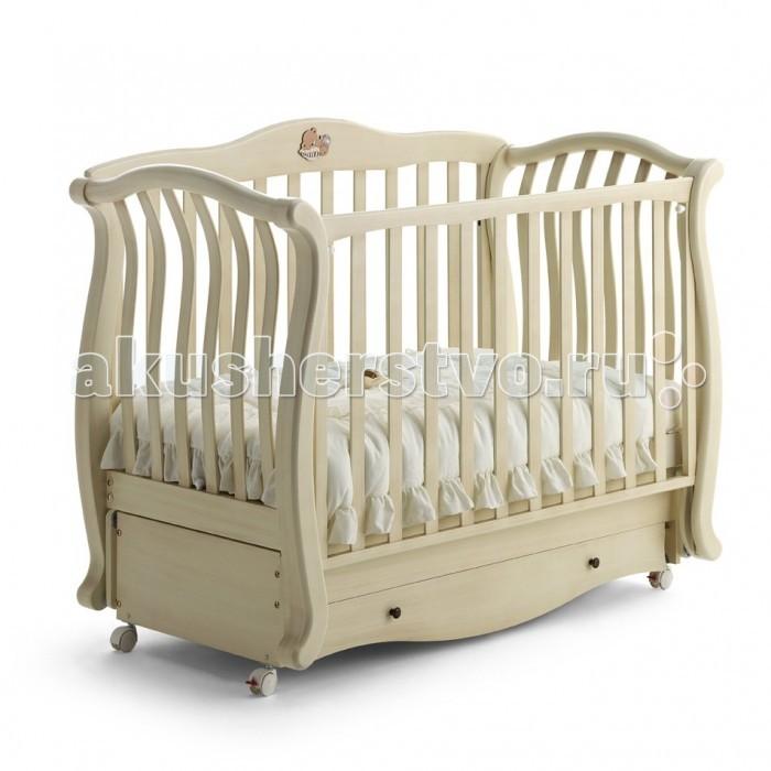 Детская кроватка Baby Italia Andrea Vip (маятник)Andrea Vip (маятник)Детская кроватка Baby Italia Andrea VIP маятник удивит изысканным дизайном и функциональностью. На кроватке расположена декоративная аппликация в виде спящего медвежонка, которая безусловно понравиться вашему малышу. Кроватка выполнена из экологически чистой и безопасной древесины – бук, кроме того он еще и покрыт нетоксичным лаком.   Функция качания кроватки осуществляется при помощи красиво изогнутых полозьев. Благодаря основанию, позвоночник малыша будет находиться в правильном положении во время сна, что чрезвычайно важно для правильного развития вашего ребенка. Правильно подобранное расстояние между планками боковин с одной стороны не мешает притоку воздуха, с другой стороны малыш не сможет засунуть между ними ручку или ножку. Одна из боковин опускается, что дает возможность ухаживать за малышом без напряжения спины мамы. Имеется ящик для вещей ребенка и других принадлежностей.   Маятниковый механизм качания позволит убаюкать малыша без приложения больших усилий. Вам достаточно просто задать темп качания и кроватка сама отправит вашего малыша в страну чудесных добрых снов.  Характеристика: высококачественный материал – массив бука покрытие с применением безопасных лаков маятниковый механизм качания уникальный элегантный дизайн   Размеры детской кроватки (дхшхв): 150х76х111 см Размер спального места (дхш): 125х65 см<br>