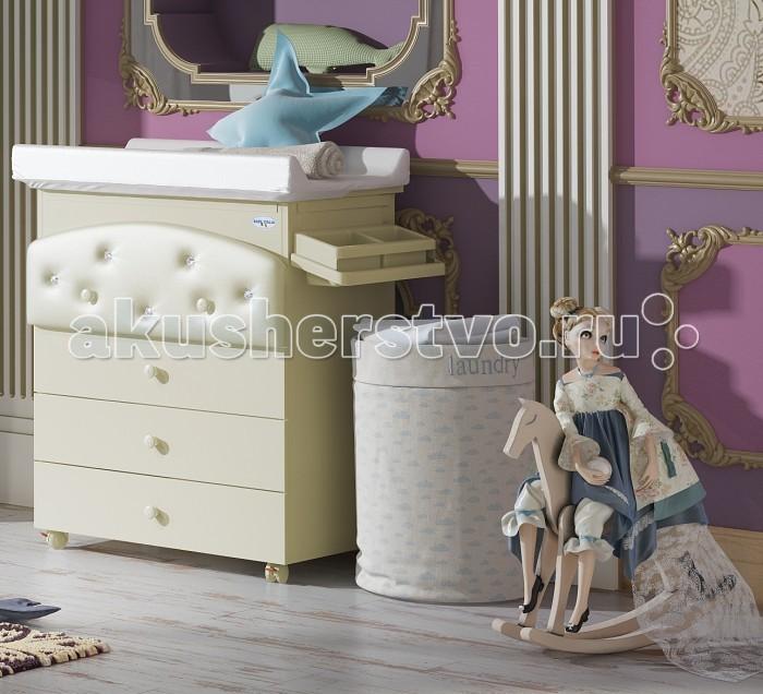 Комод Baby Italia Baby Bath Pelle пеленальныйBaby Bath Pelle пеленальныйКомод пеленальный Baby Bath Pelle с эко-кожей Baby Italia  - роскошный функциональный предмет мебели в детскую комнату. Выполнен из высококачественного, нетоксичного ДСП с тонированной поверхностью, цвета слоновой кости. Верхний ящичек красиво декорирован эко-кожей и кристаллами Swarovski, что придаст комнате еще большего шарма. Итальянские производители практично объединили в модели несколько функций: это и обычный комод для размещения детских вещичек, и пеленальный столик, а также практичная ванночка, предназначенные для умывания, смены подгузников и купания вашего ненаглядного малыша. В последующем аксессуары для купания и пеленания убираются и пеленальный комод превращается в обычную мебель.  Особенности комода: один из элементов серии Baby Bath от Baby Italia фигурный фасад верхнего ящичка четыре вместительных выдвижных ящика ящики двигаются по металлическим направляющим пеленальный матрасик съемный, фиксируется на комоде под верхней крышкой есть анатомическая ванночка предусмотрен слив для воды съемные ванночка и полочка для мыльных принадлежностей четыре прорезиненных колесика с фиксаторами  Основные характеристики: материал изделия: ДСП с тонированной поверхностью вес комода: 42 кг габариты: (ДхШхВ) 48,5х76х91 см страна производитель: Италия<br>