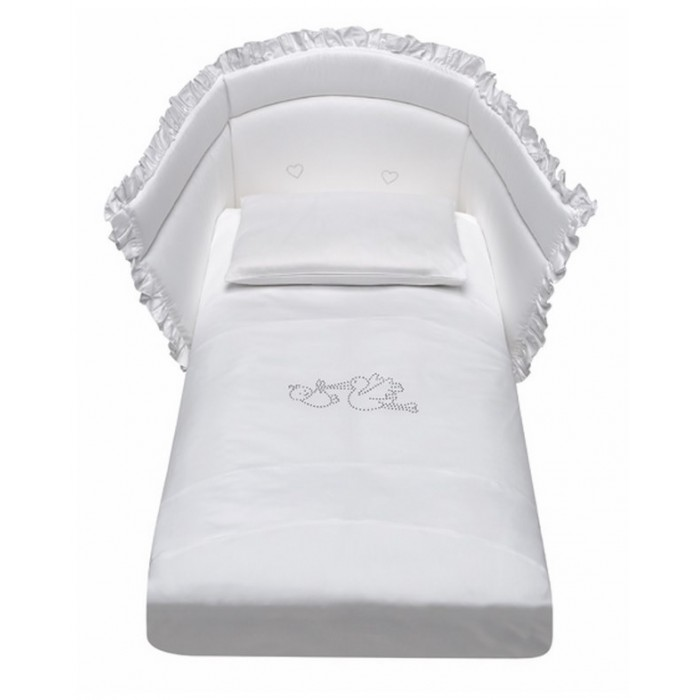 Комплект в кроватку Baby Italia Crystal со стразами (4 предмета)Crystal со стразами (4 предмета)Комплект постельного белья Crystal со стразами состоит из 4-х предметов:  наволочка: 35х55 см  одеяло: 65х130 см  пододеяльник: 90х135 см  борт на половину кроватки: высота 45х50 см Материал: 100% хлопок  Наполнитель одеяла и бортов: 100% полиэстер  Ручная стирка при температуре не више40°C<br>