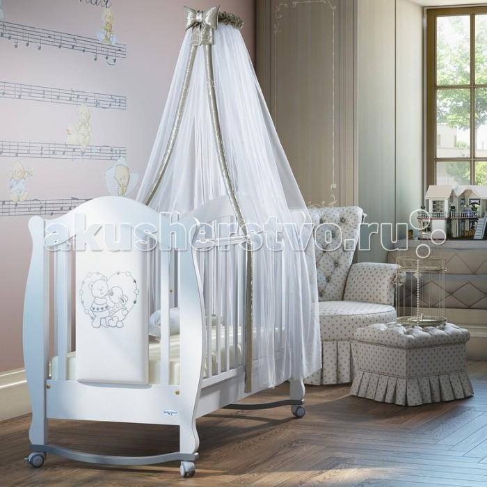 Детская кроватка Baby Italia Incanto с эко-кожейIncanto с эко-кожейКроватка-качалка Baby Italia Incanto с эко-кожей имеет утончённый дизайн – плавные линии в сочетании с материалом белого цвета создают эффект роскоши.   Особенности:    На таком пушистом облачке Ваш малютка будет спать, как ангелочек.  Кроватка Baby Italia Incanto изготовлена из массива бука, который характеризуется экологичностью, а, соответственно, безопасностью для здоровья малыша.  Оптимальный размер кроватки (132X83,5X113,5 см) позволит крохе отдыхать с комфортом, а силиконовые накладки придадут ложу дополнительной мягкости.  Мамам понравится то, что изделие включает вместительный ящик для белья, куда можно сложить пелёнки, распашонки, игрушки, детские крема и т. п.    Размеры кроватки:  - внешние (дхшхв)  132х83,5х113,5 см - спальное место (дхш)  125x65 см<br>