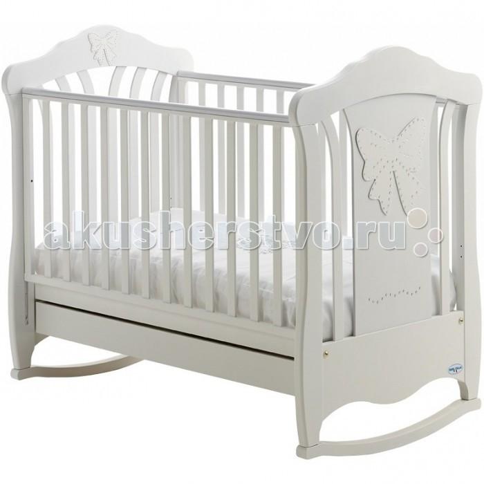 Детская кроватка Baby Italia Mimi cо стразами качалкаMimi cо стразами качалкаДетская кроватка Baby Italia Mimi cо стразами качалка   C ней отдых и сон вашего малыша будет удобным, комфортным и безопасным. Каркас кроватки выполнен из прочной и безвредной натуральной древесины бука, покрыт нетоксичными лакокрасочными материалами на водной основе и украшен стразами Сваровски.   Опускающаяся боковая стенка сделает доступ к малышу удобным, а настройка положения высоты кроватки облегчит уход за малышом.   Силиконовые вставки оберегут малыша от травм, а саму кроватку от повреждений. Основание начнет формировать здоровую осанку малыша с самого рождения.   В целом эта детская кроватка не только красива, но и оберегает здоровья малыша с самых первых дней жизни.  Характеристики: боковины регулируются по высоте, одна из них снимается полностью; дно регулируется по высоте в двух положениях; выдвижной ящик для хранения принадлежностей; декорирована кристаллами Сваровски; функция качалки с возможностью установить колесики;<br>