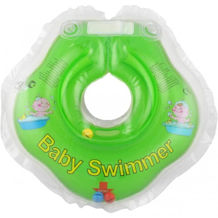 Круг для купания Baby Swimmer погремушка 0-24 мес.погремушка 0-24 мес.Круг на шею предназначен для купания новорожденных и детей до 3-х лет, в домашних условиях и на открытом воздухе на глубине не более 1 метра. Отличительной особенностью наших кругов на шею является возможность их использования уже с самого рождения малыша, когда он еще не в состоянии самостоятельно держать головку. Круг на шею Baby swimmer способствует уменьшению тревожности во время пребывании детей в воде, что поможет им в дальнейшем быстрее научиться плавать самостоятельно. Кроме того, каждодневное купание младенца является, прежде всего, не гигиенической, а оздоровительной процедурой. И здесь понятны волнения родителей, которые пребывают в растерянности: как искупать малыша, такое миниатюрное и кажущееся чрезвычайно хрупким существо. Круг для плавания помогает облегчить купание новорожденного его родителям и доставить большее удовольствие от пребывания в воде самому малышу.  C надетым кругом ребенок свободно плавает, плещется и барахтается, переворачиваясь с животика на спинку и с боку на бок по своему разумению, и абсолютно счастлив.    Круг для купания детей обладают рядом особенностей, позволяющих использовать их для купания младенцев уже с самого рождения.  Одевается и снимается он очень легко. Одетый на шею ребенка круг не доставляет малышу никакого дискомфорта, ввиду применения технологии «внутреннего шва», который делает края мягкими на ощупь. На внутренней стороне круга имеется вставка для подбородка ребенка, которая надежно фиксирует его положение и препятствует соскальзыванию, а наполненный воздухом обод круга не оказывает давление на горло малыша. Благодаря двум раздельным контурам (верхний и нижний), надувающимся отдельно, создается дополнительная безопасность во время купания ребенка. Двусторонняя липкая застежка (сверху и снизу круга) обеспечивает повышенную безопасность и позволяет регулировать внутренний размер круга, что дает возможность получить комфортное прилегание к шее ре
