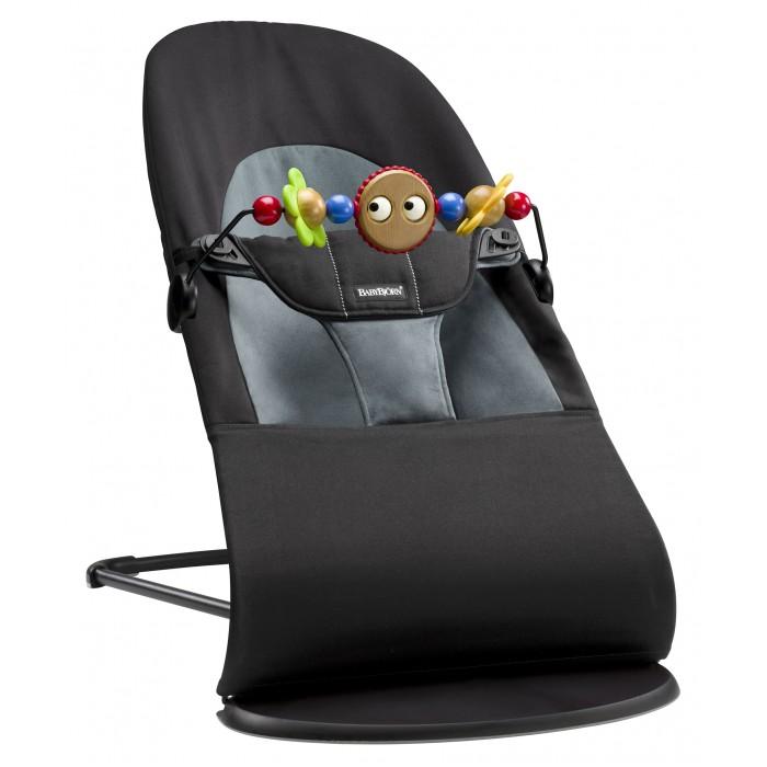BabyBjorn Кресло-шезлонг Balance Soft + подвеска Balance для кресла-качалкиКресло-шезлонг Balance Soft + подвеска Balance для кресла-качалкиКресло-шезлонг Balance Soft – это современная модель классической серии. Мягкая ткань, округлые формы и хорошая поддержка делают кресло- шезлонг уютным местом для ребёнка с самого рождения.  Естественное покачивание кресла-шезлонга хорошо успокаивает ребёнка. В первые месяцы малыша можно укачивать, осторожно толкая кресло-шезлонг рукой. Кто знает, может быть именно это удовольствие вызовет первую улыбку на лице вашего ребёнка.  Кресло-шезлонг Balance Soft имеет четыре положения. Рекомендуется усаживать новорожденных детей, когда кресло-шезлонг в нижнем положении. Среднее и высокое положение используются в том случае, если ребёнок, сидя в одном из этих положений, может без труда удерживать голову и спину. Превышение рекомендуемого максимального веса для этого положения не является опасным, однако функция покачивания будет затруднена.  Когда Вы используете его в качестве шезлонга, то максимальный вес ребёнка не должен превышать 9 кг.  Для каждого положения рекомендуется соблюдать максимальный вес ребёнка: Верхнее положение «Игра» – до 9 кг. Среднее положение «Отдых» – до 9 кг. Нижнее положение «Сон» – до 7 кг.  Когда Вы используете его в качестве кресла, когда ребенок самостоятельно встает и садиться, для каждого положения рекомендуется соблюдать максимальный вес ребёнка: Верхнее положение «Игра» – до 13 кг. Среднее положение «Отдых» – до 10 кг. Нижнее положение «Сон» – до 7 кг.  При транспортировке изделием пользоваться нельзя.  Материал Ткань изготовлена из 100%-го хлопка. Подкладка – 100%-ный полиэстер. Ткани, находящиеся в непосредственной близости к ребенку, протестированы и одобрены в соответствии со стандартом Oeko-Tex 100, класс 1 (5) изделий для грудных детей. Они гарантированно безопасны для чувствительной кожи малыша и не вызывают аллергию.  Вес и размеры Вес: 2,1 кг Максимально высокое положение (вдш): 58 x 89 x 39 см 