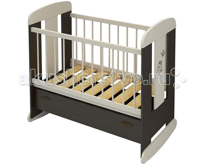 Детская кроватка Бэби Бум Зайка качалкаЗайка качалкаДетская кроватка Бэби Бум Зайка – это высокий комфорт по доступной цене. Продукция бренда относится к доступному ценовому сегменту, при этом выделяется качеством и высокой надежностью.  Достоинства детской кроватки Бэби Бум Зайка: Классическая качалка производится из массива сосны, ЛДСП и МДФ Для окрашивания использованы только безопасные лаки и краски Эргономичный дизайн предполагает отсутствие неоправданных острых углов и мелких деталей, которые потенциально опасны для малыша Борта кроватки не только снабжены защитными силиконовыми накладками, но и бесшумно могут регулироваться по высоте Плавные полозья для качания позволят убаюкивать малыша без усилий Бэби Бум Зайка имеет большой выдвижной ящик у основания – это пример эффективного использования выделенного пространства, когда место под ложем не пустует. Надежные металлические направляющие долговечны и удобны Ложе кроватки ортопедическое, выполнено в виде широких ламелей, которые с одной стороны очень прочные, с другой – обеспечивают правильную поддержку спинки ребенка Дизайн кроватки Бэби Бум Зайка выдержано элегантный Габаритные размеры 126.5х70х114.5 см  Размер ложа 120х60 см<br>