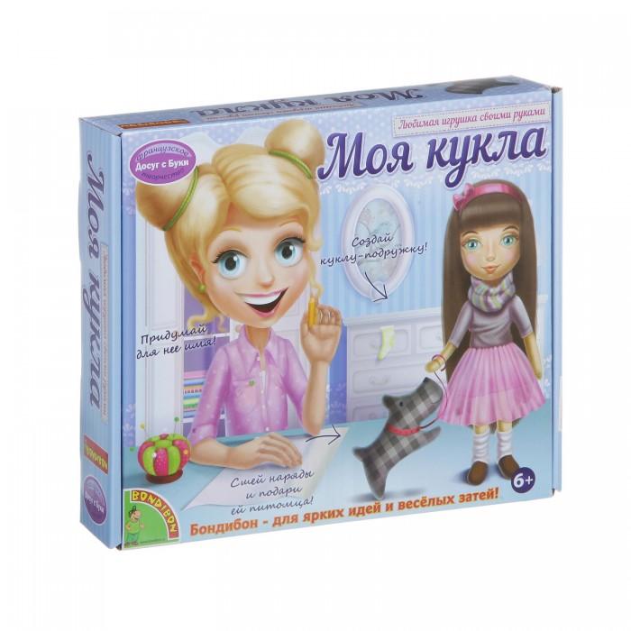 Bondibon Набор для творчества Моя Кукла! Любимая игрушка своими рукамиНабор для творчества Моя Кукла! Любимая игрушка своими рукамиНабор для творчества Моя Кукла! Любимая игрушка своими руками.  Куклы – это первые подружки каждой девочки. С этим набором ты сможешь создать свою уникальную, авторскую куклу и научишься шить самые разные наряды для нее. Все необходимое ты найдешь в наборе!   Аккуратно пришей к заготовке куклы волосы, создай прическу на свой вкус, прорисуй черты лица и скорее приступай к изготовлению нарядов! Следуя инструкции и выкройкам, ты сошьешь яркий сарафан, пышную юбку-пачку, джинсовую жилетку, футболку, теплую кофточку и разнообразные аксессуары!   Ты сможешь создать кукол с тремя различными цветами волос: блондинку, брюнетку и рыжую. А также их любимые игрушки и домашних питомцев. Не забудь придумать им имена!<br>