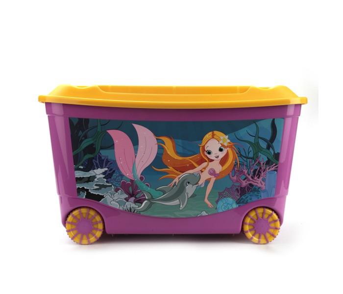 Бытпласт Ящик для игрушек с аппликацией на колесахЯщик для игрушек с аппликацией на колесахЯркий и оригинальный ящик на колесах с забавными персонажами непременно привлечет внимание ребенка и станет незаменимым для хранения игрушек, книжек и других детских принадлежностей.   Он отлично впишется в детскую комнату и поможет приучить ребенка к порядку.   2-х цветные колеса ящика покрыты специальным эластичным материалом, который увеличивает устойчивость и снижает шум при соприкосновении с различными напольными покрытиями.   У ящика имеются удобные ручки для переноски, а также специальные отверстия, через которые можно продеть тесьму или веревку, чтобы ребенок мог легко передвигать его.   Крышка ящика декорирована геометрическими фигурами. Ящик безопасен благодаря своей форме с закругленными углами.   Конструкция замков позволяет фиксировать крышку, что препятствует попаданию пыли, влаги, насекомых. Ящики хорошо штабелируются.   Размер 58 х 39 х 33.5 см<br>