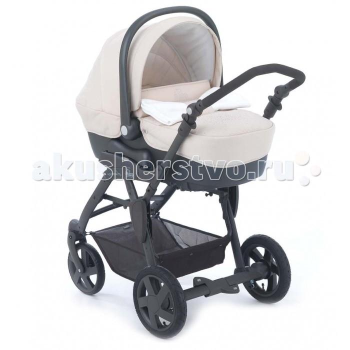 Коляска CAM Dinamico 3 в 1Dinamico 3 в 1Коляска 3в1 Cam Dinamico  - красивая и функциональная четырехколесная коляска, комфортная для ребенка и удобная в управлении для мамы, отлично подходит для российского климата, передние колеса поворотные с фиксацией, задние колеса большие надувные, благодаря чему коляска Cam Dinamico Combi маневренная и легкопроходимая на любой дороге.  Характеристики: Люлька люлька изготовлена из пластика, все внутренние покрытия из 100% хлопка, чехол и матрасик - из синтетического материала; обивка съемная и может стираться в щадящем режиме при 30 градусах вентилируемое дно подголовник поднимается при помощи специального рычага и устанавливается в 4 положениях (наклон до 45 градусов) ручка жесткая, полукруглая, регулируемая, имеет специальное нескользящее покрытие капюшон съемным летний и дополнительный зимний установка по/против хода движения при помощи системы Quicky функция качания благодаря наличию специальных полозьев установка в автомобиле при помощи специальных креплений (продаются отдельно) от 0 до 6 месяцев  Прогулочный блок  обивка съемная и может стираться в щадящем режиме при 30 градусах cиденье просторное и комфортное; регулируемая утепленная спинка имеет 4 положения наклона, включая горизонтальное (наклон спинки - 160 градусов); когда спинка опускается, подножка поднимается; удобные подлокотники бампер съемный: можно отстегнуть с одной стороны или снять совсем капюшон большой, с дополнительным козырьком с плотной москитной сеткой, сзади - сетчатое окошко, которое прикрывается плотным клапаном подножка широкая, регулируемая  ремни безопасности 5-ти точечные от 12 до 36 месяцев  Рама  материалы: алюминий; прочная, эллиптической формы ручка удобная, эргономичной формы, с нескользящим покрытием, регулируется по высоте с большим диапазоном: от 84 до 105 см и в трех положениях система складывания «Книжка», с помощью оригинальной системы компактного складывания «VIA-VAI SYSTEM» амортизация надежная и комфортная тормоз сдвоенный, на за