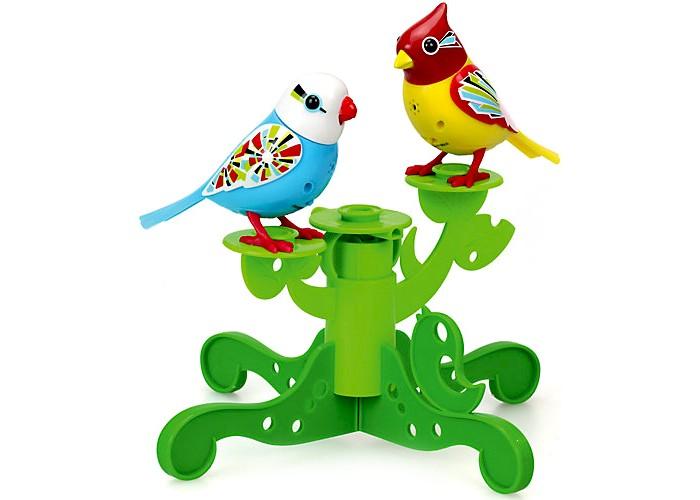 Интерактивная игрушка Digibirds Две птички с деревомДве птички с деревомДве птички с деревом Digibirds – набор с птичками, которые реагируют на свист, дуновение и звук.   Особенности:    Деревья из разных наборов совместимы, у вас может получиться большое кустистое дерево из нескольких.  Чтобы активировать птичек, достаточно на них подуть.  Активировать режим проигрывания мелодий и щебетания, достаточно посвистеть в свисток, который в комплекте.  Свисток с кольцом, поэтому ребенок может одевать его на палец.  Птичка может быть закреплена на свистке-кольце и использоваться как насест-переноска.  Птички могут двигаться во время проигрывания мелодий.  Если собрать несколько птичек вместе, то они синхронизируются и поют хором.  Синхронизация происходит со всеми персонажами DigiFriends, то есть это могут быть и пингвины, и совы.  Чтобы номер удался, необходимо главного в хоре (это тот, кого включат первым) держать на удалении не более 15 см.    В наборе:    2 птички  дерево  свисток-кольцо  6 батареек LR44   Размер птички: 9х7,5 см<br>