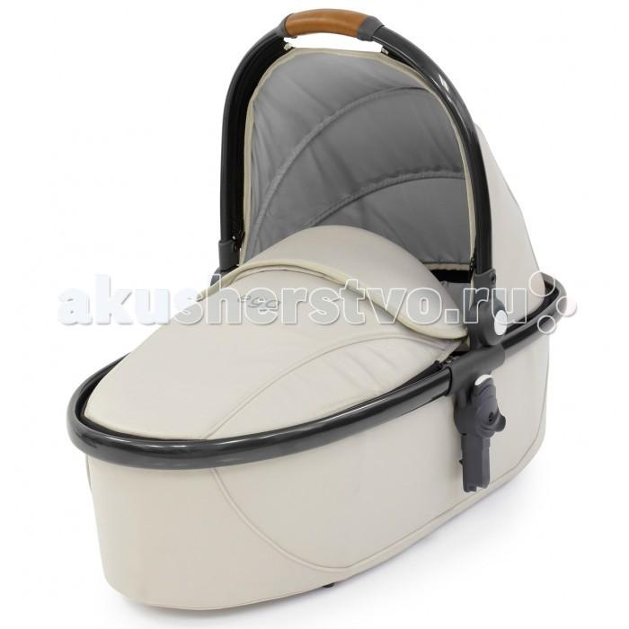 Люлька Egg CarrycotCarrycotЛюлька Egg Carrycot имеет красивые мягкие линии, формирующие фирменный стиль, предназначена для использования с рождения и до максимального веса малыша 9 кг.   Особенности: Люлька сделана из огнестойких тканей в соответствии с британскими стандартами.  Капор устанавливается в нескольких положениях, включая вертикальное. Накидка на люльку, фиксируемая молнией, имеет отворот, закрепленный надежными кнопками, которым можно ещё сильнее закрыть малыша от ветра и непогоды.  Жёсткое основание/дно люльки имеет вентиляционные отверстия для улучшенной циркуляции. Матрас из пеноматериала с памятью, упругий и не тонкий.  Люлька комплектуется отдельным дождевиком, а на капоре есть удобная и стильная ручка из экокожи для переноски.  Люлька может быть использована для случайного ночного сна.  Внутренние размеры люльки: 75х32 см.   Комплектация люльки:  Люлька с капором Матрас Накидка Дождевик<br>