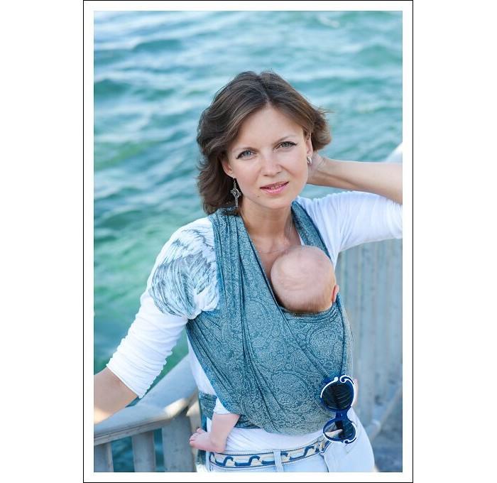 Слинг Ellevill Paisley шарф, хлопок-бамбук (4.7 м)Paisley шарф, хлопок-бамбук (4.7 м)Ellevill - это слинг-шарфы и слинги с кольцами из Норвегии. Разработанные на основе традиционных норвежских орнаментов и выполненные вручную, слинги быстро завоевали популярность по всему миру. Они покоряют своим прекрасным дизайном и универсальностью в носке: слинги Ellevill подходят для всех возрастов (и для новорожденных, и для подросших деток), и для всех сезонов.  Слинги Ellevill производятся вручную, из ткани, специально разработанной для ношения детей. Эта ткань - специального жаккардового диагонального плетения, она очень хорошо тянется по диагонали, но почти не тянется по вертикали и горизонтали. Она как бы обнимает малыша и обеспечивает наибольший комфорт в носке.  Ellevill Paisley - это уникальные шарфы с содержанием бамбука: 50% хлопок, 50% бамбук. Нежное бамбуковое волокно придает шарфу шелковистость и особенную мягкость. Ellevill Paisley подходит как для новорожденных, так и для подросших детей.  Слинг-шарф Ellevill - король слингов, наиболее универсальный, удобный и красивый тканый слинг. Его можно использовать для всех возрастов ребенка, для шарфов придумано разнообразное количество намоток. Шарфы особенно хороши для вертикального ношения как новорожденных, так и подросших, тяжелых деток в течение долгого времени - как дома, так и на улице.  Состав: 50% хлопок, 50% бамбук Размер: 4,7 м<br>