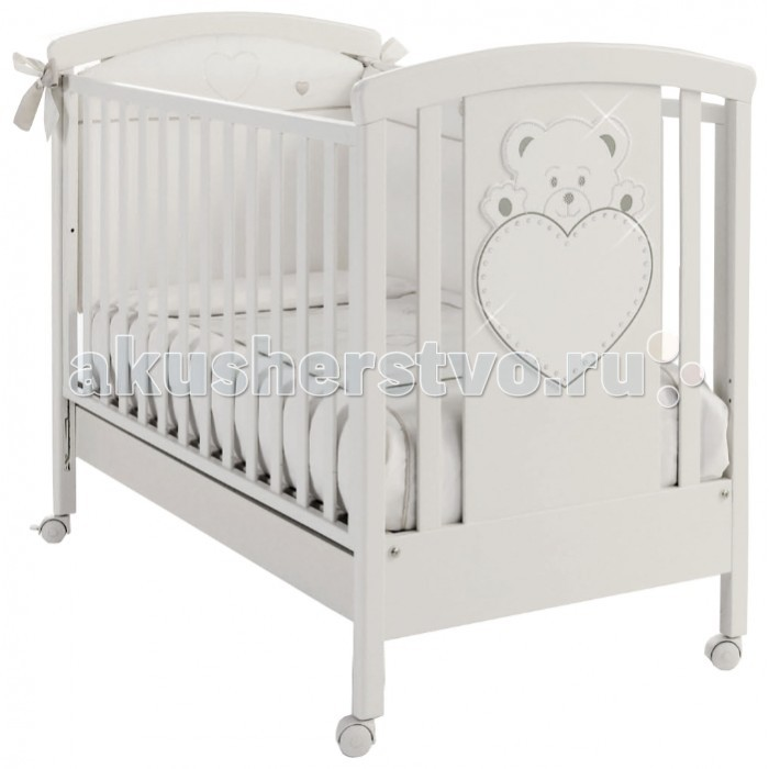 Детская кроватка Erbesi LuluLuluКроватка Erbesi Lulu – новая линейка кроватей для новорожденных, отличающаяся высоким качеством используемых материалов. Стильная и изящная, она обеспечит малышу крепкий и здоровый сон, а ее элегантный дизайн с элементами кристаллов Swarovski наполнит комнату атмосферой уюта и тепла.  Основные характеристики: материалы: бук; лаки, краски – нетоксичные, гипоаллергенные высокие и безопасные боковины, регулируемые по высоте. Безопасное расстояние между ламелями (планочками бортиков) 45-65 мм реечное, ортопедическое дно, 2 уровня по высоте аппликация «Мишка с сердцем» и кристаллами Swarovski ящик для белья выдвижной  закругленные углы, соответствие европейским стандартам колеса: 4 съемных, 2 из них с блокирующим тормозом  Размер кроватки (шхдхв): 73 х 132 х 104 см Размер матраса (шхд): 65 х 125 см<br>