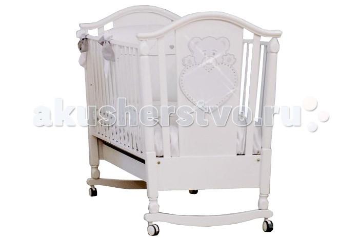 Детская кроватка Erbesi PrettyPrettyКроватка-качалка Erbesi Pretty – линейка кроватей для новорожденных, отличающаяся высоким качеством используемых материалов. Стильная и изящная, она обеспечит малышу крепкий и здоровый сон, а ее элегантный дизайн наполнит комнату атмосферой уюта и тепла. При снятых колесиках кроватка легко превращается в качалку, позволяя быстрее успокоить кроху.  Основные характеристики: материалы: экологически безопасные материалы: бук; лаки, краски – нетоксичные, гипоаллергенные автостенка: высокие и безопасные боковины, регулируются по высоте. безопасное расстояние между ламелями (планочками бортиков) 45-65 мм дно реечное, 2 уровня по высоте спинка украшена аппликацией Мишка и декорирована стразами Swarovski функция качания при снятых колесах ящик для белья выдвижной на металлических направляющих закругленные углы, соответствие европейским стандартам колеса: 4 съемных, 2 из них с блокирующим тормозом.<br>