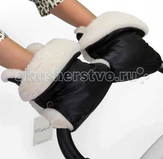 Esspero Муфта-рукавички для коляски MargaretaМуфта-рукавички для коляски MargaretaОдна из лучших моделей в данной коллекции - муфта рукавички для коляски Esspero Margareta. Она выступит прекрасным дополнением к вашей осенне-зимней одежде. В тоже время это крайне необходимый аксессуар.   Натуральная, со своим колоритом и нежной шерстью овечки. Даже в сильные морозы она будет одаривать теплом Ваши руки, поддерживая оптимальную и комфортную температуру. В качестве верхнего покрытия дизайнерами компании была выбрана эко-кожа, которая наделена превосходными качествами при низких температурах. Она не твердеет, не пропускает влагу, прекрасно чистится влажной губкой.   Рукавички Margareta универсальны и превосходно крепятся при помощи кнопок к любому типу колясок, и даже санки не исключают такой возможности. Имеет несколько цветовых решений, что еще больше дополняет ее практичность.  Особенности муфты-рукавичек: Материал верха: эко-кожа Внутренний материал: натуральная овчина Крепление на коляске: при помощи кнопок<br>
