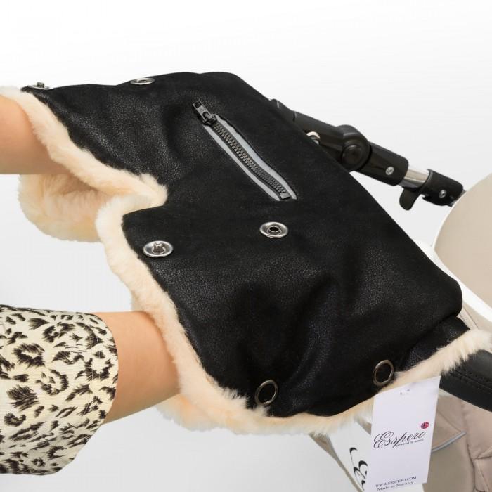 Esspero Муфта для рук на коляску IsabellaМуфта для рук на коляску IsabellaМуфта для рук Esspero Isabella - еще одно очаровательное решение от дизайнеров Esspero.   Внутри - мягкая, натуральная овечья шерсть вбитая в ткань кремового цвета, снаружи покрытие из высококачественной эко-кожи. Так же, в этой модели предусмотрен кармашек для мелочей или мобильного телефона.   Теперь все что нужно всегда под рукой! Стоит обратить внимание что Муфта для рук Esspero Isabella сделана  с манжетами, которые можно отвернуть или завернуть по Вашему желанию.  Благодаря внешнему материалу - эко-коже - Вам не страшен ни дождь, ни снег, ни ветер.  Муфта подходит практически к любой коляске и незаменима в холодное время года! Муфта представлена в двух цветовых решениях.<br>