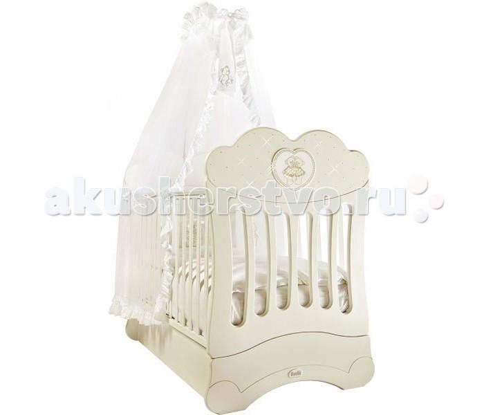 Детская кроватка Feretti FMS Chaton (продольный маятник)FMS Chaton (продольный маятник)Детская кроватка-маятник Feretti Chaton FMS - изысканная модель, украшенная стразами Swarovsky. Кроватка выполнена из натурального бука. Данный материал выдержит взросление не одного малыша, и будет радовать своим прекрасным внешним видом.   Дно кроватки регулируется в двух положениях.  Обе стенки кровати регулируемые, причем бортик кроватки может регулироваться одной рукой. Силиконовые накладки на бортики защитят от повреждений кровать и десны ребенка.  Особенности:  • система автоматического качания • механизм качания - продольный маятник • кроватка украшена аппликацией в виде мишки со стразами Swarovsky ; • дно кроватки регулируется в двух положения - для новорожденного малыша и для ребенка постарше, который уже сам может вставать в кровати; • бортик кроватки регулируется одной рукой, без усилий; • система FMS (Feretti Mistery Sistem) - это один из эксклюзивных патентов компании Feretti. Благодаря особому устройству у застопоренного маятника нет никакого люфта, кроватка стоит совершенно неподвижно; • деревянные рейки обеспечивают хорошее основание под матрас. • стенки с силиконовыми накладками • уникальный механизм маятникового качания FMS (скрытый внутрь короба, вследствие чего ящик для белья не предусмотрен и боковина не опускается)<br>