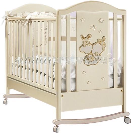 Детская кроватка Feretti Romance Dondolo (качалка)Romance Dondolo (качалка)Необычайно изысканная и оригинальная, она подарит только самые сладкие и спокойные сны Вашему малышу. Регулируемое по высоте ортопедическое дно, регулируемые бортики, вместительный ящик для белья и возможность использования в качестве качалки – это только часть преимуществ Feretti Romance Dondolo, которые непременно будут по достоинству оценены всеми современными родителями.  Характеристики: материал - натуральный массив бука, МДФ все лаки и краски – на водной основе, абсолютно гипоаллергенны и нетоксичны оригинальный дизайн прочная устойчивая конструкция соответствует всем европейским стандартам безопасности и не имеет острых углов или деталей  декорирована аппликацией дно может устанавливаться на 2-х уровнях высоты силиконовые накладки на бортики безопасное расстояние между планками 4.5 - 6.5 см ортопедическое основание под матрас регулируемые боковины самоцентрирующиеся колесики, два из них оснащены системой стопоров, колеса имеют прорезиненное покрытие, не оставляют следов, не царапают пол предусмотрена возможность снятия колес (кроватка превращается в кроватку-качалку)  Размер спального места (дхш) 125x65 см<br>