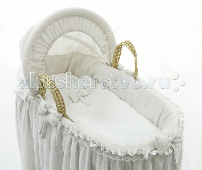 Колыбель Fiorellino Корзина плетёная с капюшоном Premium BabyКорзина плетёная с капюшоном Premium BabyКоллекция Fiorellino Premium Baby – красивый стильный текстиль для детской комнаты, который с первых дней жизни позволит малышу почувствовать свою важность и исключительность.   Классические белый или бежевый цвета, лаконичный дизайн, натуральные мягкие ткани окружат малыша трогательным теплом. Комплекты и аксессуары декорированы тончайшим кружевом с изысканным узором – торжественно и элегантно.  Основные характеристики: корзина-переноска предназначена для малышей от рождения до полугода (весом до 9 кг) стильно и элегантно – отлично дополнит любой интерьер жёсткое дно – подходит для новорождённых регулируемый капюшон надёжно защищает ребёнка от прямых лучей солнца удобные ручки для переноски корзины в комплект входит текстильный набор: чехол на корзину с «юбочкой», матрасик, подушка, простынь, одеяло, капюшон подставка для корзины в комплект не входит (приобретается отдельно)  В комплекте белья для корзины: текстильный чехол на корзину матрасик 75х33 см подушка 20х30 см простынь 95х65 см одеяло 55х45 см капюшон  Внешние размеры корзины (без капюшона): 84х40х25 см. Внутренний размер: 75х33 см.<br>