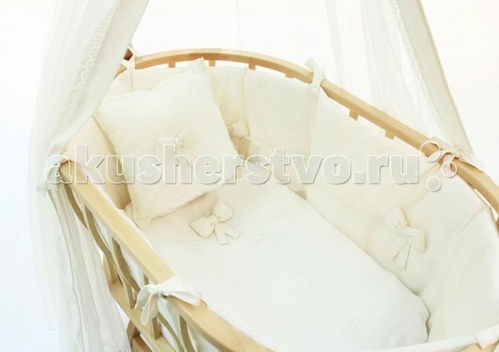 Комплект в колыбель Fiorellino Premium Baby для Berlin + матрасикPremium Baby для Berlin + матрасикКоллекция Fiorellino Premium Baby – красивый стильный текстиль для детской комнаты, который с первых дней жизни позволит малышу почувствовать свою важность и исключительность. Классические белый или бежевый цвета, лаконичный дизайн, натуральные мягкие ткани окружат малыша трогательным теплом. Комплекты и аксессуары декорированы тончайшим кружевом с изысканным узором – торжественно и элегантно.   Характеристики: постельное бельё для колыбели Fiorellino Berlin состав белья: 100% хлопок  В комплекте: матрасик пенополиуретановый 80х44х5 см съёмный наматрасник одеяло 60х83 см съёмный пододеяльник 60х85 см подушечка 30х30 см бортик на молнии по периметру колыбели – высота 32 см балдахин 153х440 см<br>