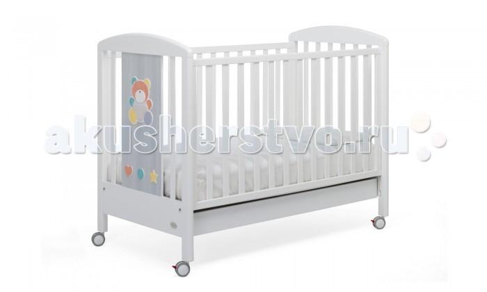 Детская кроватка Foppapedretti AllegraAllegraКровать Foppapedretti Allegra (автостенка, ящик 125x65 см) – это современные технологии и высокое качество материалов для самого комфортного и безопасного сна вашего малыша. Дно, регулируемое в двух положениях, и опускающаяся передняя стенка кроватки сделают ее использование максимально удобным для мамы.  Кроватка оснащена вместительным двухсекционным ящиком и прорезиненными колесиками с фиксаторами для ее легкого перемещения.   Отсутствие острых углов и идеальная обработка каркаса, современные экологически чистые материалы в соответствии с европейскими стандартами безопасности подарят малышу самые сладкие сны. А очаровательный разноцветный медвежонок на фасаде кровати наполнит детскую комнату теплом, счастьем и яркими красками!   Особенности изделия: Каркас кровати Allegra выполнен из сертифицированного массива бука – прочного и долговечного материала, лучшего для малыша первых лет жизни. Он покрыт специальными нетоксичными лаком и красками, полностью безопасными для ребенка.  Панель с яркой декоративной отделкой на спинке кровати из ЛДСП с безопасным покрытием, стойким к воде, механическим повреждениям, стиранию и выцветанию на солнце. Передняя стенка кровати легко регулируется в двух вариантах по высоте с помощью механизма «автостенка». Основание кровати Allegra регулируется в двух вариантах по высоте. В его верхнем положении кровать рекомендуется использовать с рождения до трех-четырех месяцев, пока ребенок не сможет подтянуться без посторонней помощи. Кровать подходит для матраса размером 125x65 см и толщиной до 12 см. Кроватка имеет большой удобный выдвижной ящик с двумя отделениями для хранения предметов, необходимых для ухода за ребенком. Мобильность модели обеспечивают четыре поворотных резиновых колеса, не царапающие поверхность пола. Для установки в неподвижном положении на двух из них имеются стопоры. Кровати Foppapedretti соответствуют самым строгим европейским стандартам безопасности, имеют жесткую систему к