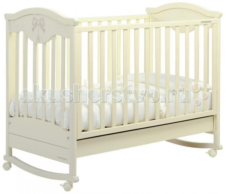 Детская кроватка Foppapedretti CharmantCharmantДетская кроватка Foppapedretti Charmant - это безупречное качество отделки, функционал, продуманный до мелочей, максимальный комфорт и абсолютная безопасность для малышей.  Кровать Foppapedretti Charmant наверняка понравится вашему маленькому принцу или принцессе: ее фасад и боковые стенки по-королевски украшены сверкающими стразами  Swarovski!  Для удобства мамы, обе боковые стенки кровати регулируются в двух положениях по высоте. Реечное дно кроватки также имеет два положения, поэтому она может использоваться с самого рождения ребенка.  Модель оборудована вместительным и практичным двухсекционным ящиком для хранения, а также резиновыми колесиками для ее перемещения по комнате. Снимите колесики, и она преватится в элегантную кроватку-качалку.   Особенности: Каркас кровати выполнен из сертифицированного массива бука – прочного и долговечного материала, лучшего для малыша первых лет жизни. Он покрыт специальными нетоксичными лаком и красками, полностью безопасными для ребенка.  Обе стенки кровати легко регулируется в двух вариантах по высоте с помощью механизма «автостенка». Основание кровати также регулируется в двух вариантах по высоте. В его верхнем положении кровать рекомендуется использовать с рождения до трех-четырех месяцев, пока ребенок не сможет подтянуться без посторонней помощи. Кровать подходит для матраса размером 125x65 см и толщиной до 12 см. Кроватка имеет удобный и практичный ящик с двумя отделениями для хранения предметов, необходимых для ухода за ребенком. Мобильность модели обеспечивают четыре поворотных резиновых колеса, не царапающие поверхность пола. Для установки в неподвижном положении на двух из них имеются стопоры. Кровати Foppapedretti соответствуют самым строгим европейским стандартам безопасности, имеют жесткую систему контроля качества. В них отсутствуют мелкие детали, которые могут быть случайно проглочены ребенком, закруглены углы и края, тщательно рассчитано безопасное расстояние между п