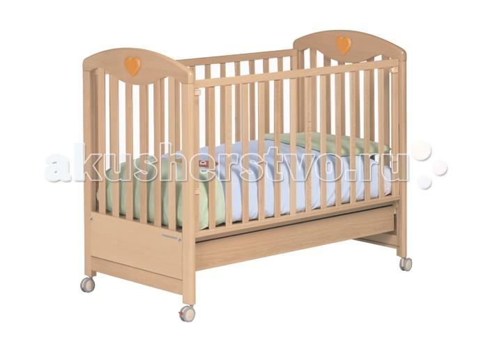 Детская кроватка Foppapedretti Cuore di MammaCuore di MammaКлассика и элегантность объединились в кроватях Foppapedretti Cuore di Mamma. Кровати Foppapedretti - это безупречное качество отделки, функционал, продуманный до мелочей, максимальный комфорт и абсолютная безопасность для малышей.  Для удобства мамы, боковая стенка кровати регулируется в двух положениях по высоте. Хотите превратить кровать в уютный диванчик? Нет ничего проще, благодаря уникальной передней стенке, которая без усилий прячется под кровать всего за несколько секунд. Модель оборудована вместительным и практичным двухсекционным ящиком для хранения, а также резиновыми колесиками для ее перемещения по комнате.  Сердечки на спинках кровати наполнят детскую комнату атмосферой заботы и любви, не случайно с итальянского «Cuore di Mamma» переводится как «сердце матери».  Особенности:  Каркас кровати выполнен из сертифицированного массива бука – прочного и долговечного материала, лучшего для малыша первых лет жизни. Он покрыт специальными нетоксичными лаком и красками, полностью безопасными для ребенка. Модель имеет уникальный механизм трансформации. Передняя стенка регулируется в двух вариантах по высоте, а также без усилий прячется под кровать всего за несколько секунд. Основание кровати также регулируется в двух вариантах по высоте. В его верхнем положении кровать рекомендуется использовать с рождения до трех-четырех месяцев, пока ребенок не сможет подтянуться без посторонней помощи. Кровать подходит для матраса размером 125x65 см и толщиной до 12 см. Кроватка имеет удобный и практичный ящик с двумя отделениями для хранения предметов, необходимых для ухода за ребенком. Мобильность модели обеспечивают четыре поворотных резиновых колеса, не царапающие поверхность пола. Для установки в неподвижном положении на двух из них имеются стопоры. Кровати Foppapedretti соответствуют самым строгим европейским стандартам безопасности, имеют жесткую систему контроля качества. В них отсутствуют мелкие детали, которые