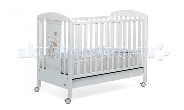 Детская кроватка Foppapedretti Dolcecuore 500Dolcecuore 500Кровать Foppapedretti Dolcecuore 500 (автостенка, ящик 125x65 см) – это современные технологии и высокое качество материалов для самого комфортного и безопасного сна вашего малыша. Дно, регулируемое в двух положениях, и опускающаяся передняя стенка кроватки сделают ее использование максимально удобным для мамы.  Кроватка оснащена вместительным двухсекционным ящиком и прорезиненными колесиками с фиксаторами для ее легкого перемещения.   Отсутствие острых углов и идеальная обработка каркаса, современные экологически чистые материалы в соответствии с европейскими стандартами безопасности подарят малышу самые сладкие сны. А очаровательный медвежонок с сердечками на фасаде кровати наполнит детскую комнату теплом, счастьем и уютом!   Особенности изделия: Каркас кровати Dolcecuore 500 выполнен из сертифицированного массива бука – прочного и долговечного материала, лучшего для малыша первых лет жизни. Он покрыт специальными нетоксичными лаком и красками, полностью безопасными для ребенка.  Панель с яркой декоративной отделкой на спинке кровати из ЛДСП с безопасным покрытием, стойким к воде, механическим повреждениям, стиранию и выцветанию на солнце. Передняя стенка кровати Dolcecuore 500 легко регулируется в двух вариантах по высоте с помощью механизма «автостенка». Основание кровати регулируется в двух вариантах по высоте. В его верхнем положении кровать рекомендуется использовать с рождения до трех-четырех месяцев, пока ребенок не сможет подтянуться без посторонней помощи. Кровать подходит для матраса размером 125x65 см и толщиной до 12 см. Кроватка имеет большой удобный выдвижной ящик с двумя отделениями для хранения предметов, необходимых для ухода за ребенком. Мобильность модели обеспечивают четыре поворотных резиновых колеса, не царапающие поверхность пола. Для установки в неподвижном положении на двух из них имеются стопоры. Кровати Foppapedretti соответствуют самым строгим европейским стандартам безопасности