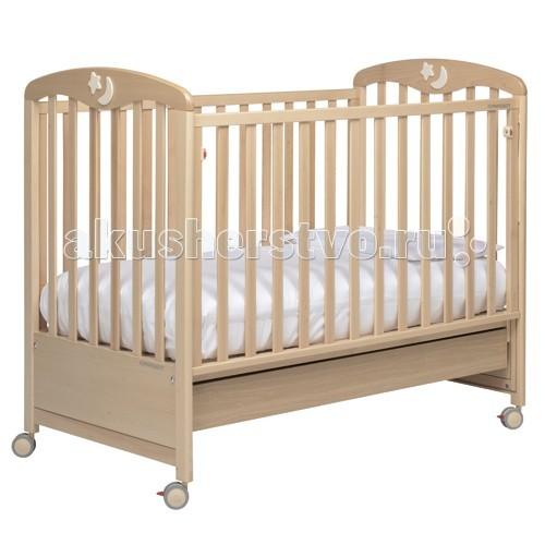 Детская кроватка Foppapedretti LuccichinoLuccichinoСпинка кроватки украшена накладкой в виде звездочки и месяца, которые светятся в темноте. Вся продукция линии Foppapedretti не только надежная, но еще красивая и изящная, с продуманными деталями. Дизайн, красота, авангардные линии объединяются, давая новую жизнь уникальным и эксклюзивным продуктам, предложенным в разных цветовых решениях, чтобы удовлетворить, в том числе, взыскательных родителей.  Характеристики:  красивые изгибы и грациозные линии покрытия кроватки полностью безвредны для малыша, не имеют запаха кроватку легко перемещать благодаря колесикам, при необходимости неподвижного состояния - есть фиксаторы боковую стенку можно опустить (система – easy system ) имеется также просторный ящик-поддон с металлическими направляющими «дышащая» матрасная панель все края округлые сертифицированы по европейскому стандарту  Габариты:  общие размеры: 108х130х71 см внутренние размер кроватки: 125х65 см<br>