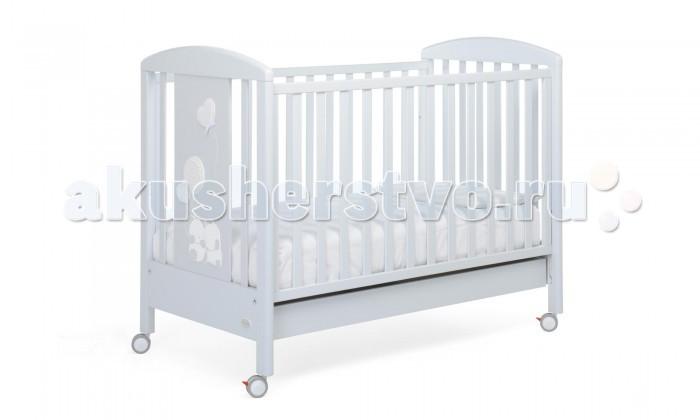 Детская кроватка Foppapedretti LucillaLucillaДетская кроватка Foppapedretti Lucilla – это современные технологии и высокое качество материалов для самого комфортного и безопасного сна вашего малыша. Дно, регулируемое в двух положениях, и опускающаяся передняя стенка кроватки сделают ее использование максимально удобным для мамы.  Кроватка оснащена вместительным двухсекционным ящиком и прорезиненными колесиками с фиксаторами для ее легкого перемещения.   Отсутствие острых углов и идеальная обработка каркаса, современные экологически чистые материалы в соответствии с европейскими стандартами безопасности подарят малышу самые сладкие сны. Одина из спинок кровати украшена очаровательными плюшевыми мишками, которые играют с объемными воздушными шарами, очень приятными на ощупь.   Особенности изделия: Каркас кровати Lucilla выполнен из сертифицированного массива бука – прочного и долговечного материала, лучшего для малыша первых лет жизни. Он покрыт специальными нетоксичными лаком и красками, полностью безопасными для ребенка.  Панель с яркой декоративной отделкой на спинке кровати из ЛДСП с безопасным покрытием, стойким к воде, механическим повреждениям, стиранию и выцветанию на солнце. Передняя стенка кровати Lucilla легко регулируется в двух вариантах по высоте с помощью механизма «автостенка». Основание кровати регулируется в двух вариантах по высоте. В его верхнем положении кровать рекомендуется использовать с рождения до трех-четырех месяцев, пока ребенок не сможет подтянуться без посторонней помощи. Кровать подходит для матраса размером 125x65 см и толщиной до 12 см. Кроватка имеет большой удобный выдвижной ящик с двумя отделениями для хранения предметов, необходимых для ухода за ребенком. Мобильность модели обеспечивают четыре поворотных резиновых колеса, не царапающие поверхность пола. Для установки в неподвижном положении на двух из них имеются стопоры. Кровати Foppapedretti соответствуют самым строгим европейским стандартам безопасности, имеют жесткую систему к