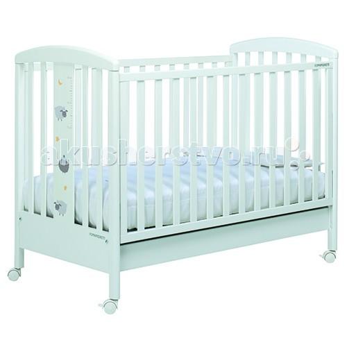 Детская кроватка Foppapedretti PekosPekosДетская кровать Foppapedretti Pekos – это современные технологии и высокое качество материалов для самого комфортного и безопасного сна вашего малыша. Для удобства мамы, боковая стенка кровати регулируется в двух положениях по высоте. Кроватка оснащена вместительным двухсекционным ящиком и прорезиненными колесиками с фиксаторами для ее легкого перемещения.   Отсутствие острых углов и идеальная обработка каркаса, современные экологически чистые материалы в соответствии с европейскими стандартами безопасности подарят малышу самые сладкие сны. А очаровательные овечки с луной и звездами на фасаде кровати наполнят детскую комнату теплом, счастьем и уютом!   Особенности:  Каркас кровати выполнен из сертифицированного массива бука – прочного и долговечного материала, лучшего для малыша первых лет жизни. Он покрыт специальными нетоксичными лаком и красками, полностью безопасными для ребенка.  Передняя стенка кровати легко регулируется в двух вариантах по высоте с помощью механизма «автостенка». Кровать подходит для матраса размером 125x65 см и толщиной до 12 см. Кроватка имеет большой удобный выдвижной ящик с двумя отделениями для хранения предметов, необходимых для ухода за ребенком. Мобильность модели обеспечивают четыре поворотных резиновых колеса, не царапающие поверхность пола. Для установки в неподвижном положении на двух из них имеются стопоры. Кровати Foppapedretti соответствуют самым строгим европейским стандартам безопасности, имеют жесткую систему контроля качества. В них отсутствуют мелкие детали, которые могут быть случайно проглочены ребенком, закруглены углы и края, тщательно рассчитано безопасное расстояние между прутьями. Кровати испытаны с использованием статических и движущихся объектов, что гарантирует их устойчивость даже для самых подвижных малышей. Подъем и опускание подвижной стороны кровати требует двойного действия, которое может быть выполнено только взрослыми людьми и полностью безопасно для малыша. Нежный