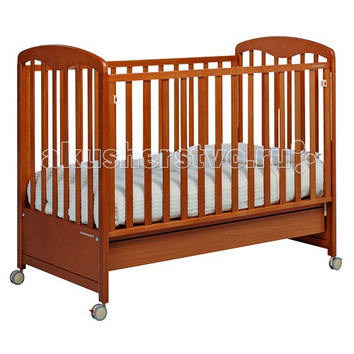 Детская кроватка Foppapedretti SonnySonnyКлассика и элегантность объединились в кроватях Foppapedretti Sonny. Кровати Foppapedretti - это безупречное качество отделки, функционал, продуманный до мелочей, максимальный комфорт и абсолютная безопасность для малышей.  Для удобства мамы, боковая стенка кровати регулируется в двух положениях по высоте. Хотите превратить кровать в уютный диванчик? Нет ничего проще, благодаря уникальной передней стенке, которая без усилий прячется под кровать всего за несколько секунд. Модель оборудована вместительным и практичным двухсекционным ящиком для хранения, а также резиновыми колесиками для ее перемещения по комнате.  Характеристики:  Каркас кровати выполнен из сертифицированного массива бука – прочного и долговечного материала, лучшего для малыша первых лет жизни. Он покрыт специальными нетоксичными лаком и красками, полностью безопасными для ребенка.  Модель имеет уникальный механизм трансформации. Передняя стенка регулируется в двух вариантах по высоте, а также без усилий прячется под кровать всего за несколько секунд. Основание кровати также регулируется в двух вариантах по высоте. В его верхнем положении кровать рекомендуется использовать с рождения до трех-четырех месяцев, пока ребенок не сможет подтянуться без посторонней помощи. Кровать подходит для матраса размером 125x65 см и толщиной до 12 см. Кроватка имеет удобный и практичный ящик с двумя отделениями для хранения предметов, необходимых для ухода за ребенком. Мобильность модели обеспечивают четыре поворотных резиновых колеса, не царапающие поверхность пола. Для установки в неподвижном положении на двух из них имеются стопоры. Кровати Foppapedretti соответствуют самым строгим европейским стандартам безопасности, имеют жесткую систему контроля качества. В них отсутствуют мелкие детали, которые могут быть случайно проглочены ребенком, закруглены углы и края, тщательно рассчитано безопасное расстояние между прутьями. Кровати испытаны с использованием статических и движущих