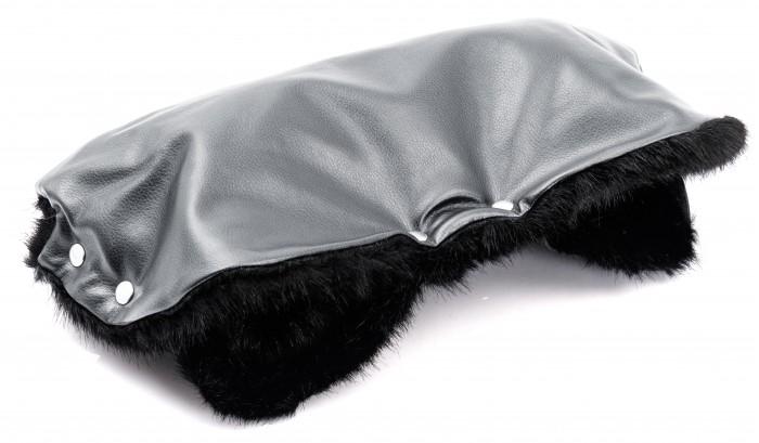 Forest Муфта для рук Tora LeatherМуфта для рук Tora LeatherКожаная муфта для рук Forest Tora Leather сохранит в тепле руки мамы холодной зимой, а также за счет своего приятного и лаконичного дизайна станет необходимым согревающим аксессуаром весной и осенью.    Муфта на коляску Forest Tora Leather фиксируется на родительскую ручку практически любой коляски с помощью кнопок.   Внешний материал муфты на коляску Forest Tora Leather изготовлен из качественной ЭКО-кожи, за которой очень легко ухаживать и которая отлично защищает руки мамы от холода и ветра. Внутренний слой изготовлен из приятного на ощупь искусственного меха.  Особенности муфт Forest: верхний слой изготовлен из качественной ЭКО-кожи; муфты Forest достаточно просторные, поэтому руки не испытывают стеснения; муфты подходят практически для всех моделей колясок с одной ручкой.  Вес: 400 г Размер: 50 х 57 см<br>