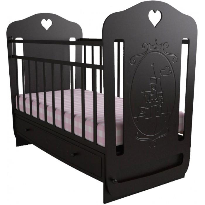 Детская кроватка Forest Принцесса (маятник поперечный)Принцесса (маятник поперечный)Детская кроватка Forest Принцесса - с резьбой ввиде замка станет прекрасным украшением для комнаты Вашей малышки.  Кроватка оснащена маятниковым механизмом поперечного качания,обеспечивающий мягкие и плавные движения кроватки.  Регулируемое в двух положениях дно кроватки позволяет малышу проводить своё время с максимальным комфортом и является очень удобным для использованием родителями.  Особенности:  Большой выдвижной ящик  Два положения ложа  Маятниковый механизм поперечного качания  Опускающаяся стенка  Реечное дно  Размер спального места 120х60<br>