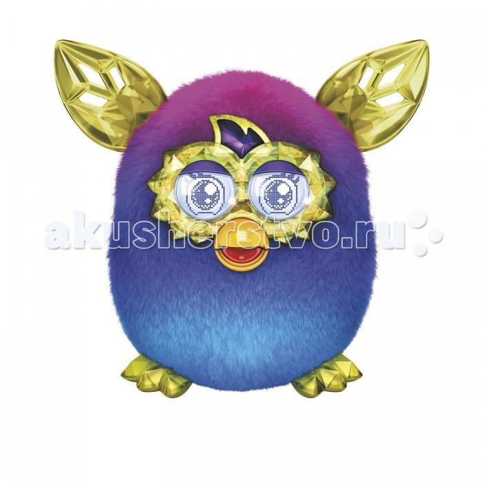Интерактивная игрушка Furby КристалКристалИнтерактивная игрушка Furby Кристал. Этого очаровательного Ферби дети смогут использовать не только в реальной жизни, но и внедрять его в свои игры на мобильном приложении. Особенно забавно смотрится прищуривание игрушкой глаз, а также его подмигивание детям. Поэтому с Ферби ребёнок будет подолгу играть, поглаживая его и наблюдая за ответной реакцией с его стороны.  Основные возможности интерактивного питомца: разговаривает сам и в ответ на прикосновения и слова человека знает собственный язык – фербиш (Furbish) и русский, при этом, чем больше с ним разговаривать, тем больше слов он будет знать. Переводя слова с фербиша, можно точно узнать, чего хочет питомец поет и изобретательно танцует, притопывая и моргая глазами реагирует на свет и изменение положения если положить его на спинку – через 30-40 секунд засыпает если щекотать живот – смеется, если гладить спинку – урчит просит кушать (можно кормить, нажимая пальцем на язычок, или в помощью мобильного приложения, что гораздо интереснее) без внимания и еды питомец может заболеть, тогда его нужно лечить (часто кормить, играть, гладить) питомец всегда готов к общению и с удовольствием выучит несколько фраз запоминает свое имя и имена друзей, с которыми общается у Ферби Бум может вылупиться более 100 виртуальных Furby Furblings яиц способен общаться не только с человеком, но и с другими Ферби. Если у друзей ребенка есть такие игрушки, можно устраивать для них веселые встречи игрушка легко управляется с помощью мобильного приложения. Специально для Hasbro были разработаны мобильные приложения для Android и IOS, позволяющие сделать общение с Ферби дистанционным и особенно увлекательным. Приложения доступны бесплатно в магазинах AppStore и GooglePlay.  Каждый Furby после некоторого времени приобретает свой уникальный характер, который зависит от того, что Вы с ним делаете, чем кормите, какую музыку он слушает.  Характеры: очаровашка, обжора, ниндзя, болтушка, рокер. Подвижные ушки 
