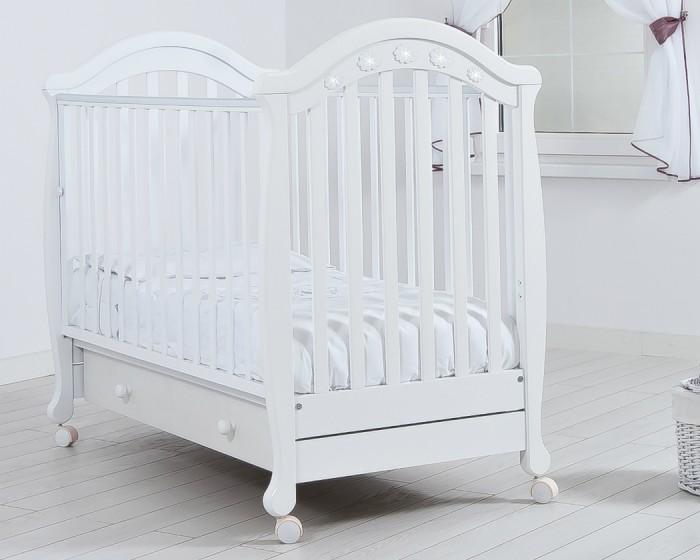 Детская кроватка Гандылян ДжозеппеДжозеппеПрактичная и удобная детская кроватка Джозеппе легко станет украшением любого интерьера, подарит малышу здоровый и крепкий сон и станет незаменимым помощником в ежедневном уходе за ребенком.  Характеристики:  - Колеса для удобства перемещения (съемные, с возможностью фиксации) - Выдвижной ящик для белья - Аппликация со стразами - Древесина обработана экологически чистым лаком - Отсутствуют острые углы (есть силиконовые накладки) - Боковое ограждение оснащено замком и регулеровкой высоты - Два уровня ложа по высоте - Материал — БУК - Внутренний размер ложа 120х60 см<br>