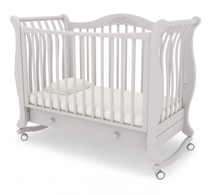 Детская кроватка Гандылян Габриэлла (качалка)Габриэлла (качалка)Изящная и стильная кроватка Габриэлла украсит детскую комнату. Легко и просто исполненная, кроватка обладает функционалом кроваток Гандылян. У кроватки имеется выдвижной ящик для белья. Детская кроватка Гандылян Габриэлла выполнена из массива бука, который является экологически чистым и долговечным материалом. Изящные линии изгиба и резной узор на стенке делают кроватку Габриэлла неподражаемой в своей изысканности.   Характеристика: два уровня дна размер спального места: 120х60 см материал: бук, ящик ДСП колеса съемные съемные колеса и дуга для качения  выдвижной ящик в основании  два положения передней стенки  съемная передняя стенка  два уровня ложа по высоте  Аbs пластик  высокоглянцевое покрытие Внешние габариты (ДхШхВ) 136x66x105 см Габариты упаковки (ДхШхВ) 125x85x35 см Вес товара с упаковкой 45 кг Общий объем упаковки 0.37 м3  Кроватка оборудована дугой для качания и колесиками, которые при необходимости можно снять. Следует так же отметить высокое качество глянцевого покрытия кроватки.  При обработке дерева использованы безопасные лаки, которые не выделяют никаких вредных испарений, а ведь любой маме важно, чем дышит ее кроха.   Бортик кроватки Гандылян Габриэлла можно установить в любом из двух возможных положений или снять вовсе, при этом превратив кровать в уютный диванчик.   Ложе кроватки регулируется в двух положениях, что очень удобно. Полезной составляющей кроватки Гандылян Габриэлла является выдвижной ящик, разделенный внутренней перегородкой на две части, в который можно убрать постельное белье или сложить игрушки. Но следует отметить, что при опущенной боковой стенке ящик будет недоступен для пользования.<br>