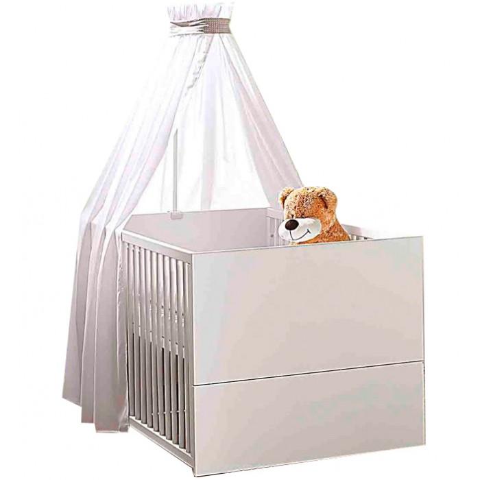 Детская кроватка Geuther Vista 1189 KBVista 1189 KBДетская кровать Vista   Благодаря оптимальным размерам и трансформирующейся конструкции кроватка подойдет как новорожденным, так и дошкольникам. Размер: 70х140 см  Кроватка от немецких производителей Vista со съемными бортами станет ключевым элементом любой детской.  Оригинальный дизайн в сочетании с прочностью и надежностью обеспечивает детской кровати данной коллекции абсолютное признание ценителей комфорта и практичности.   Благодаря трансформирующейся конструкции, кроватка подойдет как новорожденным, так и дошкольникам. Весь секрет в том, что она меняется параллельно с взрослением вашего ребенка: когда малыш подрастет, бортики можно легко снять, и его любимая колыбель превратиться в низкую удобную кровать — почти такую, как у взрослых.   Дизайн коллекции Vista отличается простотой и изяществом — основной белый цвет замечательно сочетается с окантовкой c ярко-выраженной текстурой дуба.  В такой кроватке Ваш малыш будет видеть только самые сладкие сны!  Отличительные особенности:  Подходит детям с самого рождения Устойчивая конструкция Оптимальные размеры спального места Не имеет острых углов Легко трансформируется: решетчатые бортики быстро снимаются и кровать превращается из детской в подростковую Балдахин продается отдельно  Материалы:  массив бука, ДСП, МДФ. краски и покрытия не содержат вредных веществ и отвечают самым строгим санитарным нормам. Размеры спального места: 70 x 140 см Цвет: белый<br>