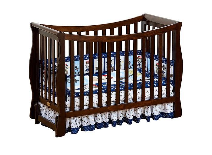 Детская кроватка Giovanni Fresco (продольный маятник)Fresco (продольный маятник)Детская кроватка Giovanni Fresco  Нежные тона кроватки отлично впишутся в интерьер детской или родительской комнаты. Детская кроватка трансформирующаяся в диванчик, долго прослужит вашему малышу.  Особенности: Легкость и изящность.  Округлая, грациозно изогнутая форма задней стенки, отсутствие острых углов и плавные линии, переходящие из одной в другую – отличительные особенности этой модели. Кроватка выполнена по принципу трансформации 3 в 1.  Высота основания матраса варьируется в 3-х уровнях.  При положении основания на самом верхнем уровне – вариант использования для новорожденных. Затем, когда Ваш ребенок начал ходить, установка дополнительного защитного бортика позволит уберечь его от падений во время сна, и в то же время, он сможет самостоятельно залезть и слезть с кровати.  Когда Ваш ребенок подрос, кроватка может оставаться в игровой и использоваться как диванчик.  Все это позволяет увеличить срок использования детской кроватки с рождения до 5-7 лет.  Для матраса 120х60 см  3 уровня основания для матраса  2 ограничительных бортика - в комплекте  Трансформируется в диванчик  Материал – массив экологически чистой новозеландской сосны. Древесина отличается эластичностью, отсутствием сучков, глубиной и красотой структуры дерева.<br>