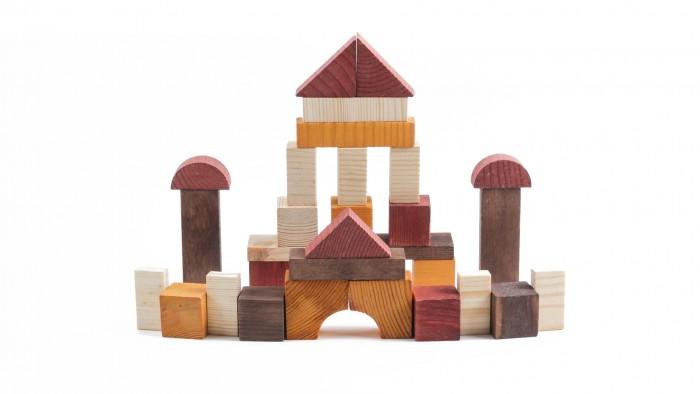 Деревянная игрушка Томик Конструктор Краски дня День 30 деталейКонструктор Краски дня День 30 деталейКонструктор Краски дня. День. 30 деталей состоит из кубиков, плит, треугольников, цилиндров разной длины. Ребенок сможет построить целый город, домики, башни, замки, пирамиды, мосты. Такая игра развивает пространственное мышление, фантазию, умение использовать форму предмета, моторику, координацию, приучает ребенка к усидчивости.  Конструктор Краски дня. День. 30 деталей также является удобным дидактическим материалом. Разноцветные детали помогают ребенку не только выучить названия цветов и геометрических фигур, но и понятия больше-меньше, выше-ниже, шире-уже.  Утром, днём и вечером все краски окружающиx нас предметов меняются— и с помощью такого конструктора можно строить купающиеся в утреннем солнце домики, изнывающие от полуденной жары города или освещённые лучами уxодящего за горизонт солнца дворцы.<br>