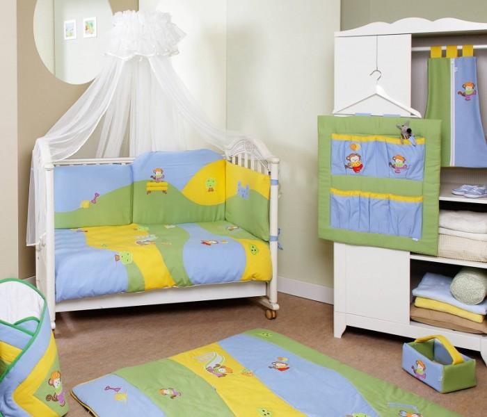 Комплект для кроватки Feretti Jolly Sestetto Long (6 предметов)Jolly Sestetto Long (6 предметов)Feretti является инновационной маркой натурального детского постельного белья из хлопка. Благодаря высокому качеству, богатству выбора форм и узоров каждый найдет что-нибудь для своего ребенка.  Характеристики:  При производстве используется натуральный наполнитель Ingeo - волокно, получаемое в результате ферментации и полимеризации зерен кукурузы. Наполнитель из волокон Ingeo обеспечивает прекрасную теплоизоляцию, удерживая постоянную температуру во время сна ребенка. Бактериостатические ткани Purista замедляют развитие бактерий, и являются гипоаллергенными.  Система Easy Wash облегчает стирку борта в стиральной машине без риска нарушения наполнения.  Система Easy Iron - после того, как вытянете постельное белье из стиральной машины достаточно его только растянуть, а после того как высохнет не нужно гладить. Система Even Fill - равномерное размещение наполнения в одеялах, устраняющее «холодные зоны». Пуховые одеяла не вызывают аллергии. Изысканный дизайн. Приятные расцветки с забавными рисунками. Мягкие материалы не раздражают кожу ребенка.  Удобство и простота в использовании пододеяльник на молнии.  Простынка на резинке не позволит лишним складкам воздействовать на кожу ребенка. Качество материала обеспечивает лёгкость стирки и долговечность.    В комплекте: одеяло (100 х 135 см),  пододеяльник (100 х 135 см),  борт удлиненный (360 см) на всю кроватку (съемный чехол),  простыня на резинке,  подушка (40 х 60 см),  наволочка (40 х 60 см).  Материалы:  хлопок,  наполнитель на основе кукурузного волокна.<br>