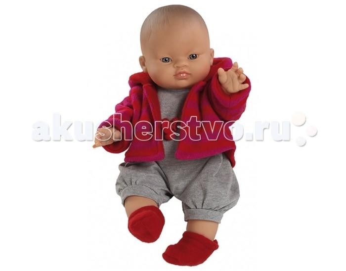 Paola Reina Кукла Горди Бельтран мальчик 34 смКукла Горди Бельтран мальчик 34 смКукла Горди Бельтран мальчик от испанского производителя кукол Paola Reina - очаровательная куколка в стильном наряде, которая разнообразит сюжетно-ролевые игры вашей девочки. От такой куколки ребенок будет в таком восторге, что не захочет выпускать из рук.  У куклы Paola Reina нежный ванильный аромат, уникальный и неповторимый дизайн лица и тела, ручная работа (ресницы, веснушки, щечки, губы, прическа), волосы легко расчесываются и блестят, глазки не закрываются, ручки, ножки и голова поворачиваются.   Материалы: кукла изготовлена из винила глаза выполнены в виде кристалла из прозрачного твердого пластика волосы сделаны из высококачественного нейлона. Высота куклы 34 см.<br>