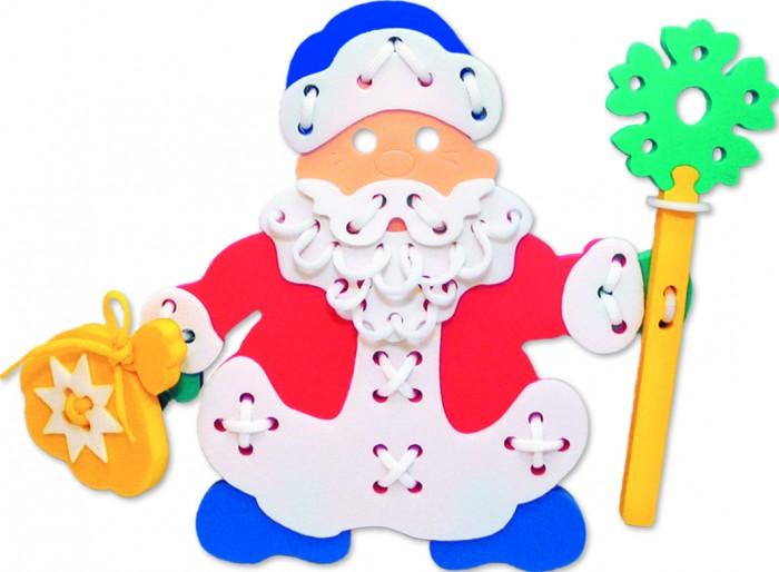Развивающая игрушка Флексика Шнуровка Дед МорозШнуровка Дед МорозРазвивающая игрушка Флексика Шнуровка Дед Мороз незаменимый тренажер, прекрасно развивающий мелкую моторику детских ручек, координацию движений, пространственное и логическое мышление и воображение.  При выполнении узоров обращайте внимание ребенка на количество линий в рисунке, на размер линий (длинная, короче, самая короткая), на их направление (горизонтально, вертикально или по диагонали) и на их расположение на поле (справа, слева, вверху, внизу).  Познакомьте ребенка с понятием симметрия, сделав несколько симметричных рисунков или узоров. Расскажите ребенку о простейших геометрических фигурах, изображая их шнурками:прямая, отрезок, ломаная линия, угол, треугольник, квадрат, прямоугольник, многоугольник.  Кроме этого, используя данную игру, вы можете познакомить малыша с различными типами швов.<br>