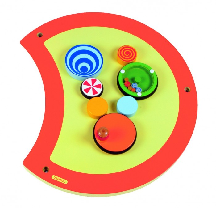 Деревянная игрушка Beleduc Настенный игровой элемент Гусеница ВолчокНастенный игровой элемент Гусеница ВолчокBeleduc Настенный игровой элемент Гусеница Волчок для детей старше 3-х лет.   От вращения оранжевого колесика начнут вращаться остальные колесики. В зависимости от скорости передвижения на игровой панели можно наблюдать специальные визуальные эффекты.<br>